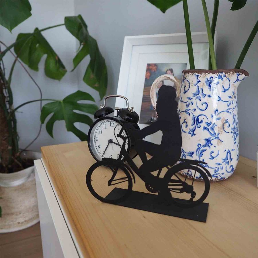 Svava Dekoratif Metal Kadın Bisiklet Sürücüsü Metal Heykeli (Siyah)